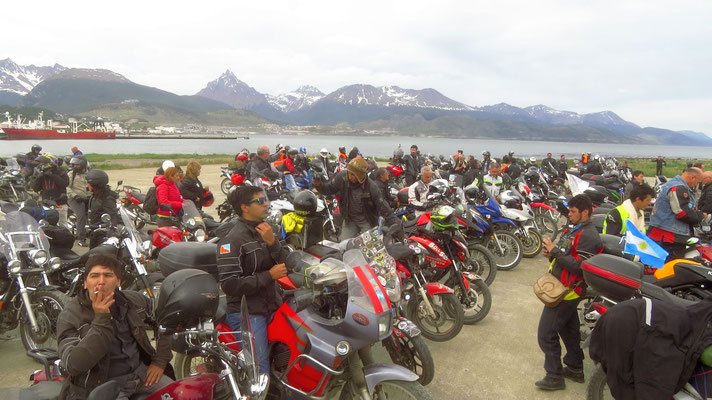 biker aller Nationen mit Ushuaia im Hintergrund  -  bikers from all over and Ushuaia in the background