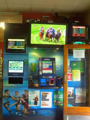man kann hier in den Kneipen an diesen Maschinen seine Pferdewetten  abschließen - you can place your bets on these machines