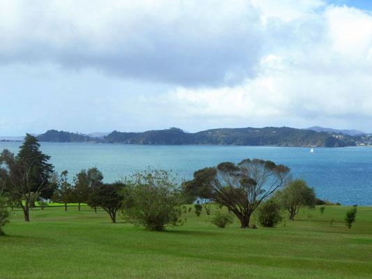 wir fahren mitten durch einen Golfplatz mit Aussicht  -  driving through a golf course with a view