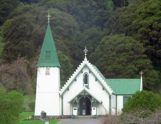 kleine Holzkirche in Akaroa-  little wooden church in Akaroa