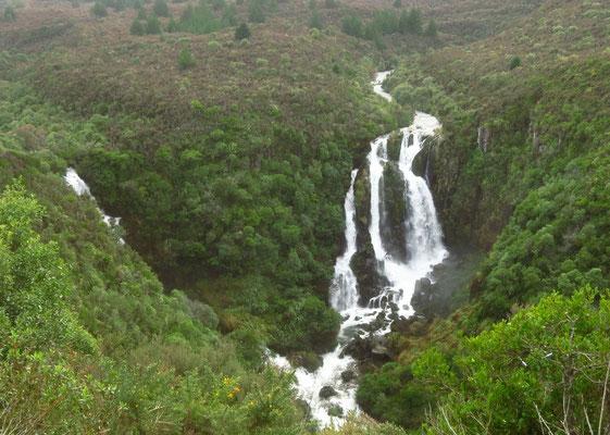 did we metion that there are a lot of waterfalls in this country?  - Haben wir eigentlich schon mal erwähnt, dass es hierr viele Wasserfälle gibt?