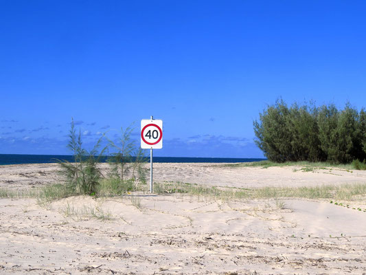 Geschwindigkeitsbeschränkungen am Strand sind wichtig  -  it is very important to have speed limits on the beach