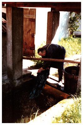 Auswaschen des Stoffes.