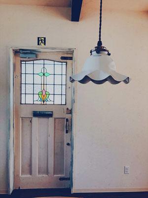 店舗の入り口ドア。