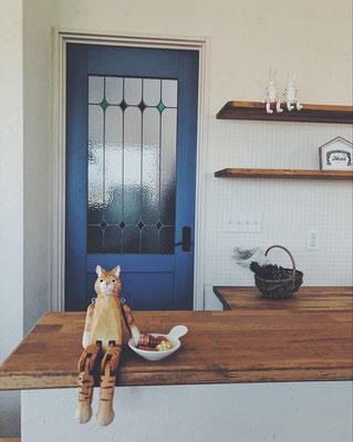 工場内に向かうドア。青いドアにステンドグラス。
