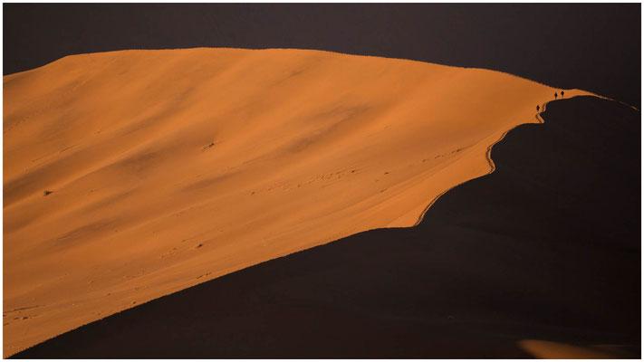 Klein ist der Mensch in den gewaltigen Dünen der Namib