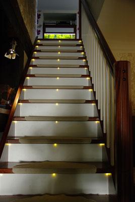 Mahagoni-massiv Treppe mit weißen, beleuchteten Setzstufen