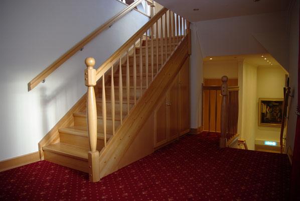 Buche Treppe mit passgenauem Unterschrank