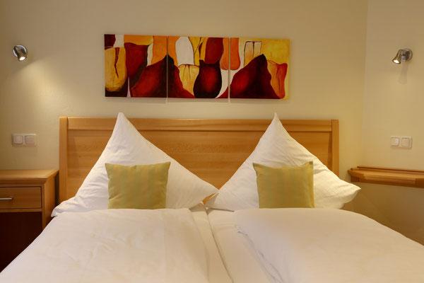 Hotel Vier Spitzen, Hotelzimmer, Doppelbett aus Buche-Massivholz