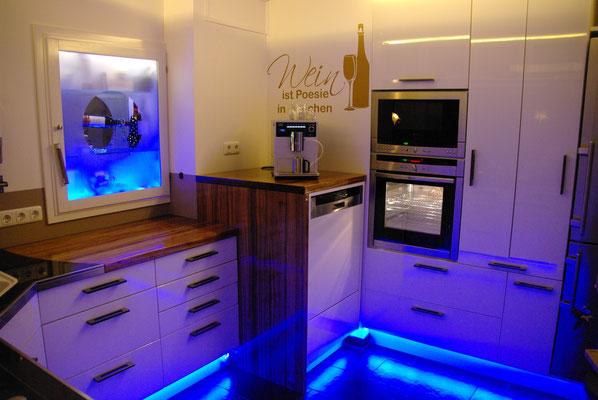 HoWeCa - Fronten aus weiß hinterlackiertem Glas, LED Beleuchtung im Sockel und der Deckenblende, Privatkunde