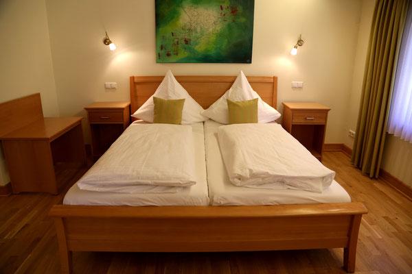 Hotel Vier Spitzen, Suit, Doppelbett, Nachtschrank, Kofferablage aus Buche-Massivholz