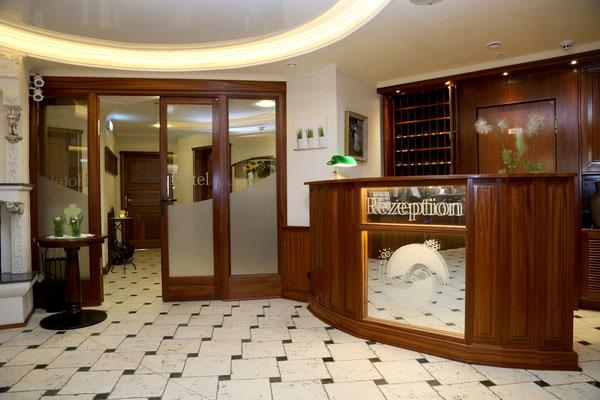 Hotel Vier Spitzen, Rezeption aus Mahagoni-Massivholz