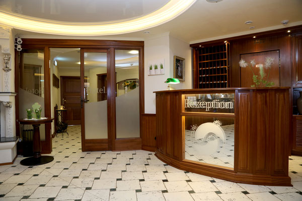 HoWeCa - Hotel Vier Spitzen, Rezeption aus Mahagoni-Massivholz