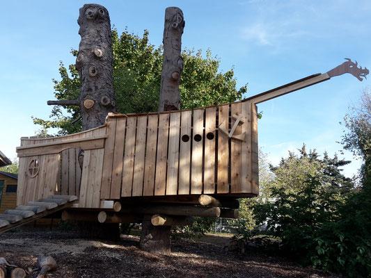 HoWeCa - Klare Sache: als Masten eines wilden Piratenschiffs machen die Bäume wesentlich mehr Spaß