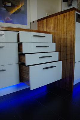 Große Schubladen aus Massivholz, Fronten aus weiß hinterlackiertem Glas, Privatkunde