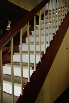HoWeCa - Mahagoni-massiv Treppe mit weißen Geländerstäben