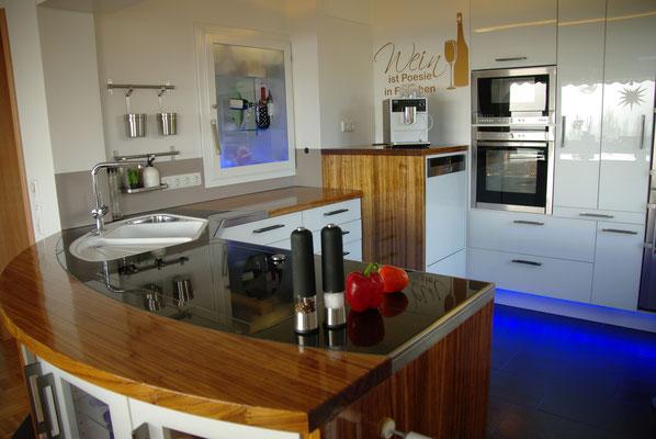 Eine Halbinsel-Küche aus Zebreli-Massivholz und schwarzem Granit, Privatkunde