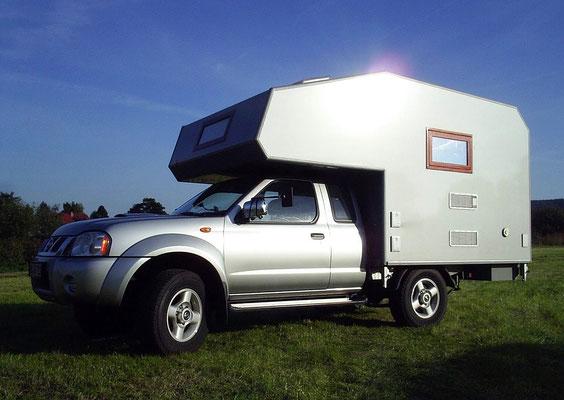 Nissan Navara mit einer Absetzkabine der Marke Bimobil, nach Kundenwunsch ausgebaut durch die HoWeCa