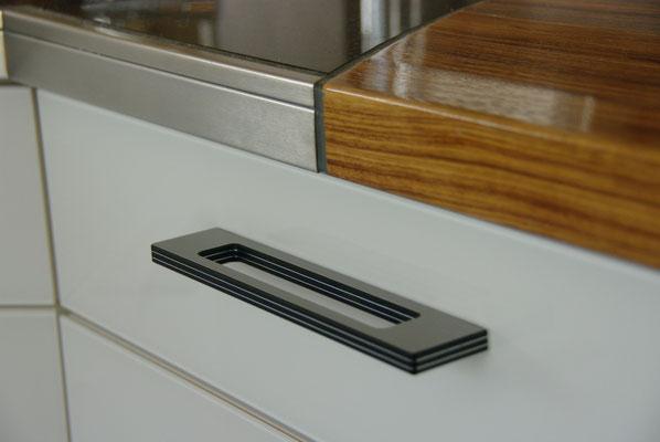 Übergang der Arbeitplatte von Holz zu Stein, Compositgriffe aus Edelstahl und Kunststoff, Privatkunde
