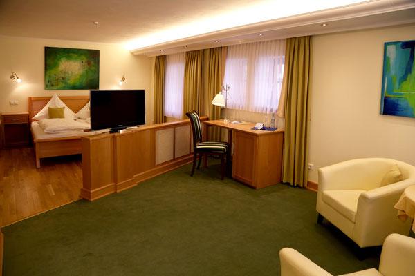 Hotel Vier Spitzen, Suit, Kopletteinrichtung aus Buche-Massivholz