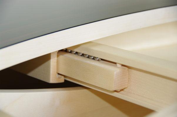 HoWeCa - Kugelgelagerter Holz-Auszug an einem Schreibtisch, Detail-Ansicht, Privatkunde
