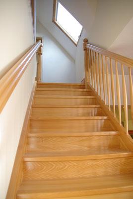 Beidseitiger Handlauf für das sichere Begehen der Treppe
