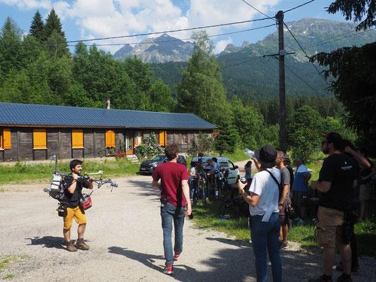 Une partie de l'équipe de tournage dans le hameau