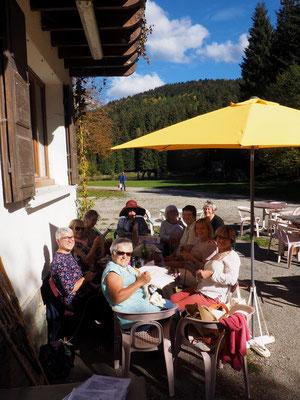 Début d'après midi. Un samedi par mois elles se retrouvent à la Gélinotte pour tricoter et parler ensemble !