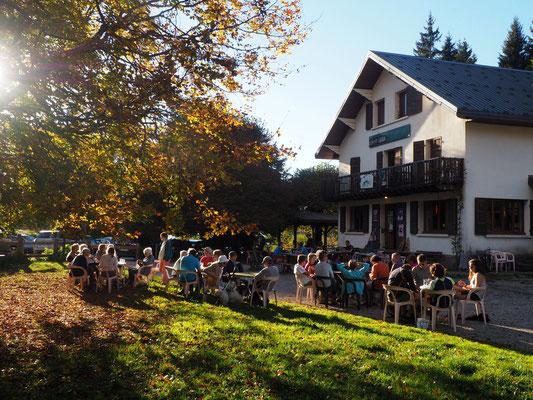 Entre 16 et 17h. Le retours de belles randos en Belledonne. Une petite bière au soleil du soir...