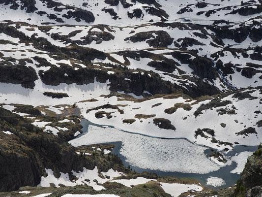 Le lac Merlat  encore un peu gélé, vu depuis le sommet du Colon