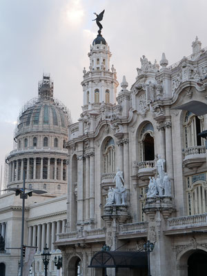 "Gran Teatro De La Habana und im Hintergrund die in Renovierung befindliche Kuppel des ""Capitolo"" am Paseo de Marti in La Habana Vieja."