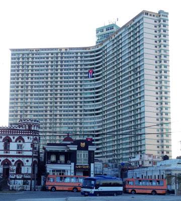 FOCSA-Gebäude  - erbaut 1956, mit 121 Metern Höhe und 39 Stockwerken das höchste Gebäude Kubas im Stadtteil Vedado in Havanna. Ein Besuch im Restaurant La Torre ganz oben auf dem 33. Stockwerk gibt wohl traumhafte Ausblicke.
