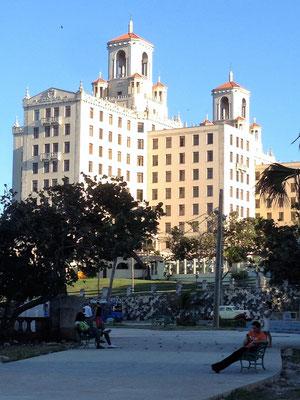 Hotel Nacional de Cuba - 1930 eröffnet, hier logierten Prominente, die US-amerikanische Mafia und ein amerikanisches Kasino (1960er Jahren nach der Revolution geschlossen). 1992 aufwendig renoviert. Garten mit Blick auf Malecon.