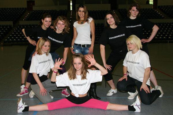 WSD-Basketbowl 2009-Gesangsaufritt mit Tänzerinnen aus Elmshorn