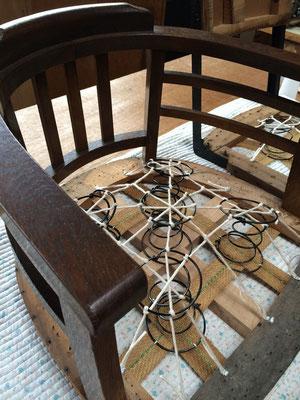 ばねイスの張り替えでは、ばねの吊り直しからスタートです。