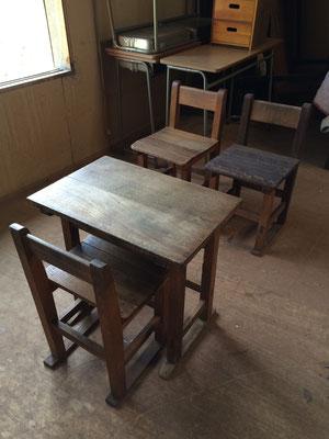 昔懐かしい、木製の学校机とイスです。
