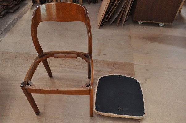 脚から座面を取り外して、張り替え作業をします。