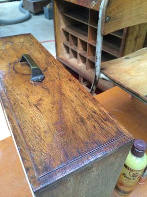 木製の家具は、お届け前に最終のワックスメンテナンスをしています。