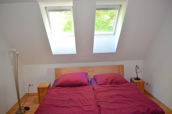 Das Schlafzimmer:  ein großes Doppelbett mit Blick auf die Sterne