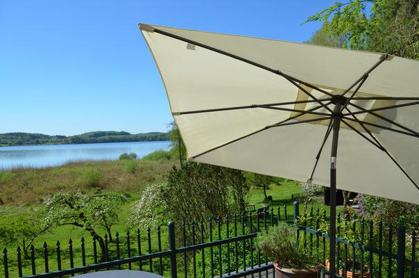 Die Terrasse: 20 Quadratmeter, ausgestattet mit Gartenmöbeln, Sonnenschirm & Grill.