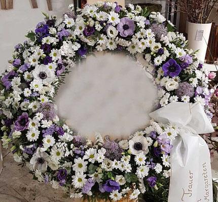 Rund gesteckter Kranz in lila weiß