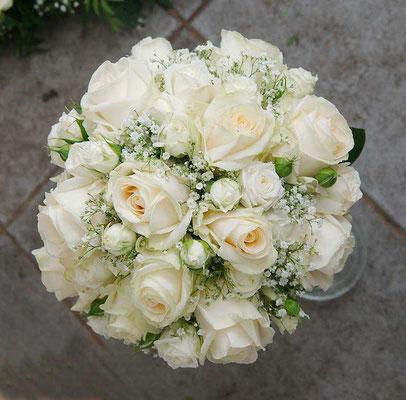 Brautstrauß im Biedermeierstil mit weißen Rosen