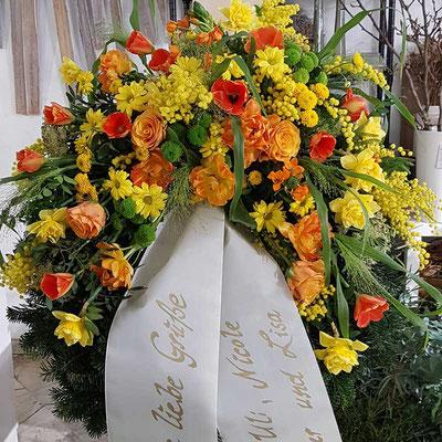 Kranz in gelb mit orangen Tulpen
