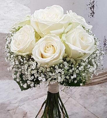 Brautstraußmit weißen Rosen und Schleierkraut
