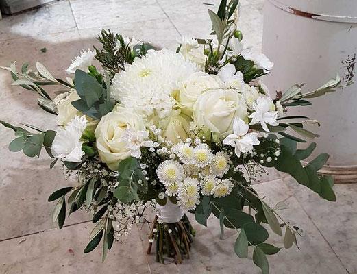 Brautstrauß im Vintagestil mut weißen Rosen und Chrysanthemen