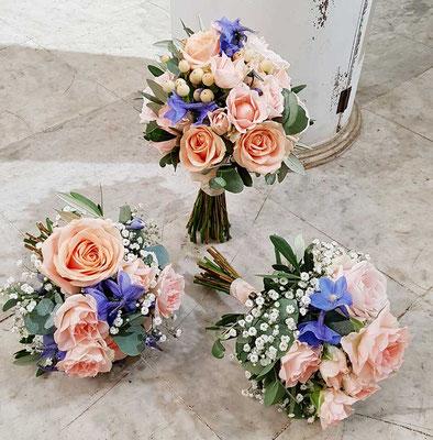 Brautstrauß und Brautjungfernsträuße in apricot und blau