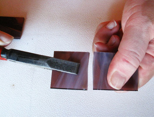 Il listarello di vetro viene diviso in due parti uguali. Foto di Oriana Tenaglia