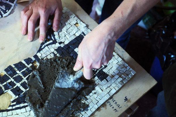 Stesura della boiacca. Come si monta un Mosaico? di Giorgia Palombi