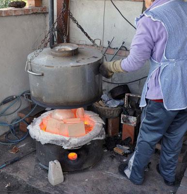 APERTURA DEL FORNO (ceramica raku) ANCORA CALDO. Zlata Maksan