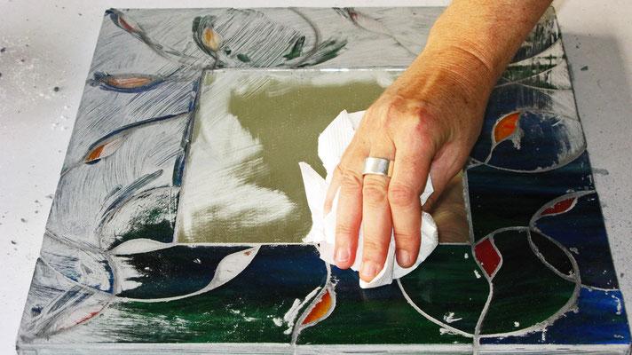 Il vetro diventa Mosaico. Pulitura finale. Lavoro di Beatrice Morello.